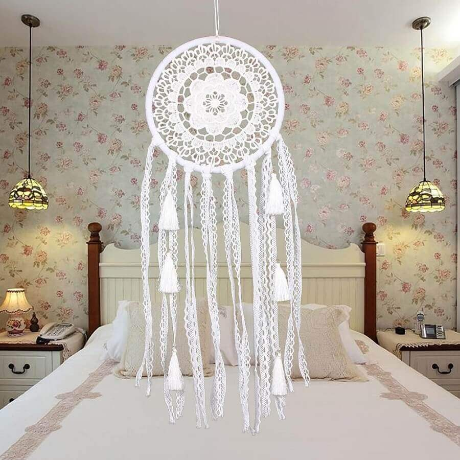 quarto de casal decorado com papel de parede floral e filtro dos sonhos branco Foto DHgate