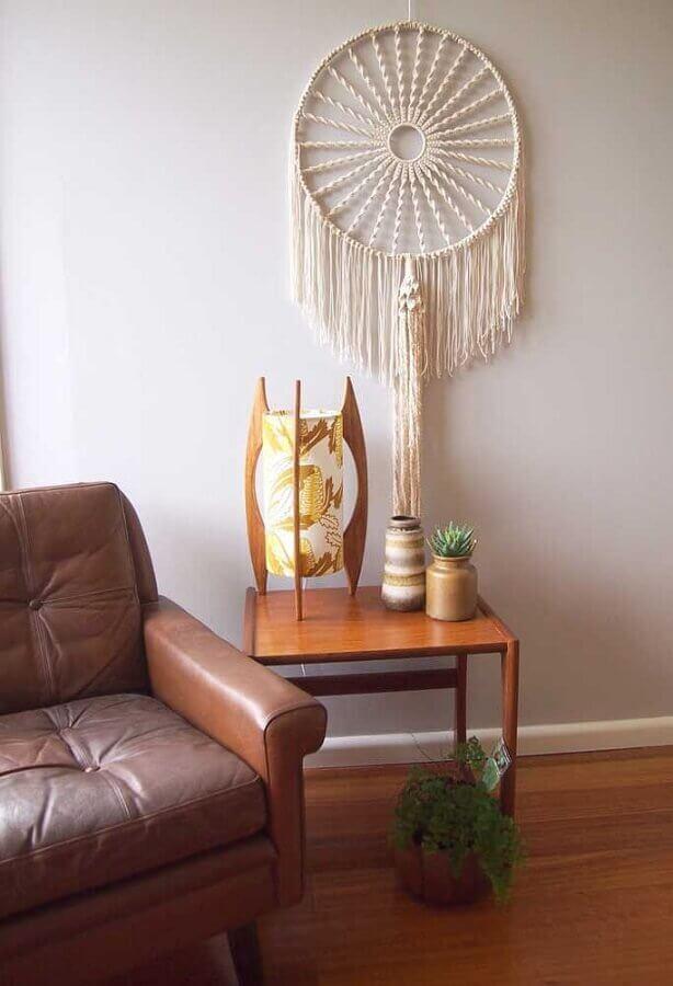 sala decorada com poltrona de couro e filtro dos sonhos Foto Yandex