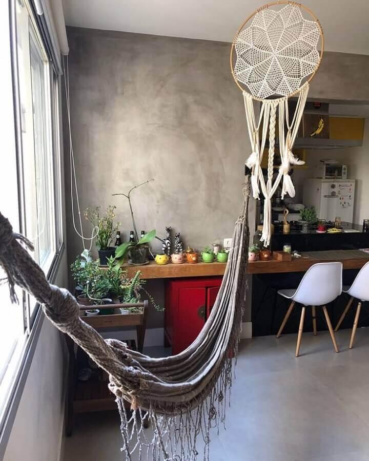 sala decorada com cimento queimado e filtros dos sonhos Foto Artezz