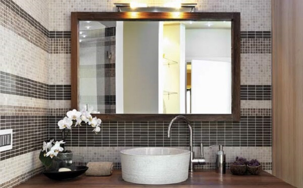 The rectangular mirror is widely used in bathroom decoration