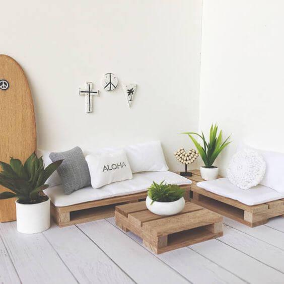 Sofá de palete branco com mesa de centro combinando