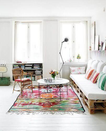 Sofá de palete com almofadas coloridas