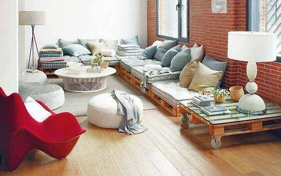 Sofá de palete com poltrona vermelha