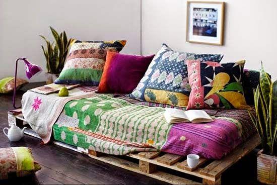 Sofá de palete com tecido colorido