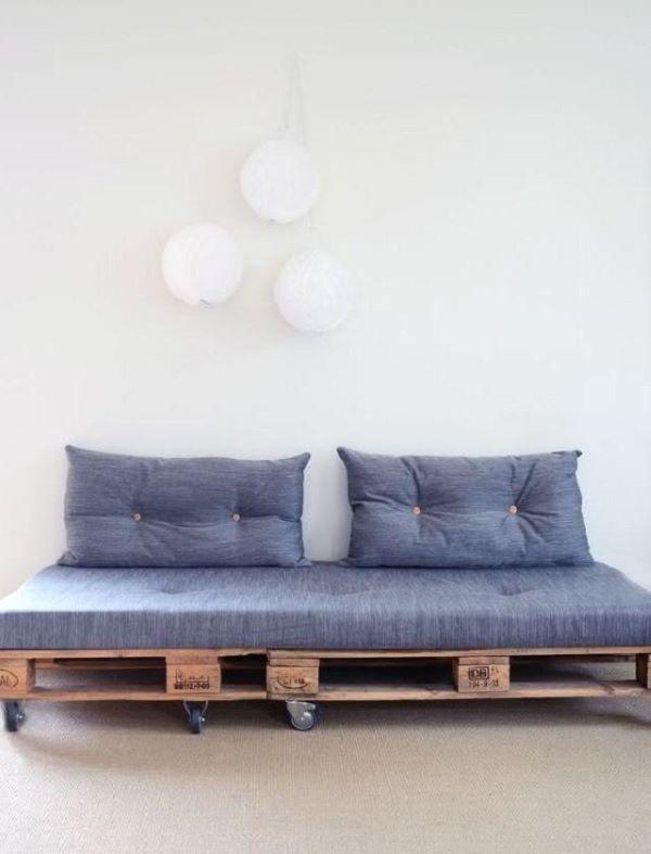 Sofá de palete com rodízios azul