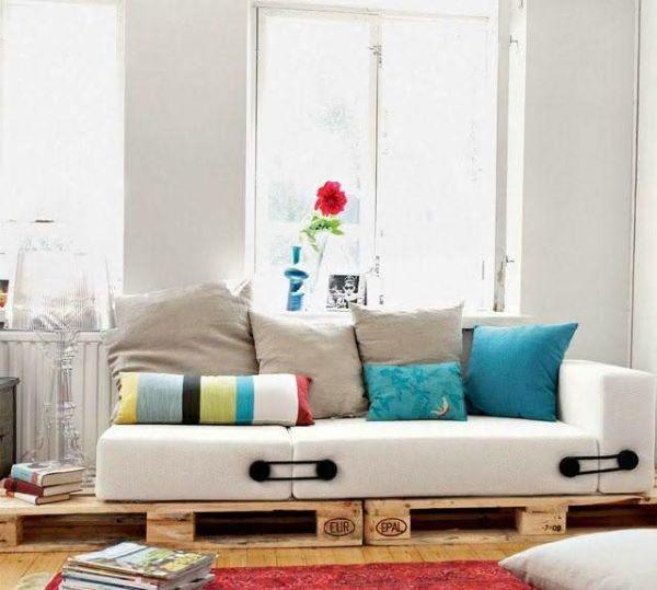 Sofá de palete moderno com almofadas coloridas