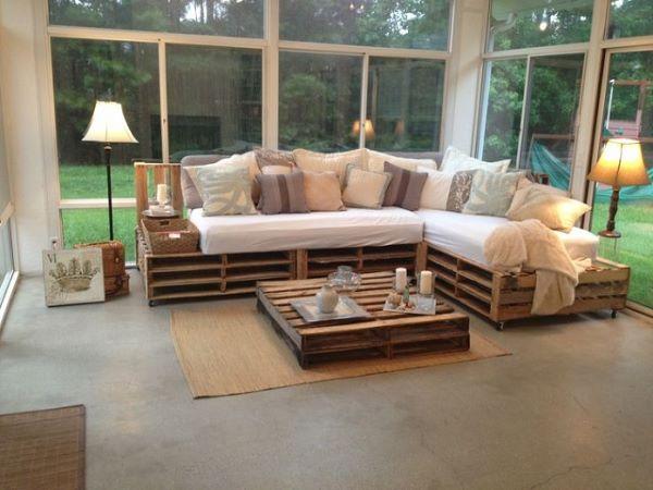 Sofá de palete na casa do campo