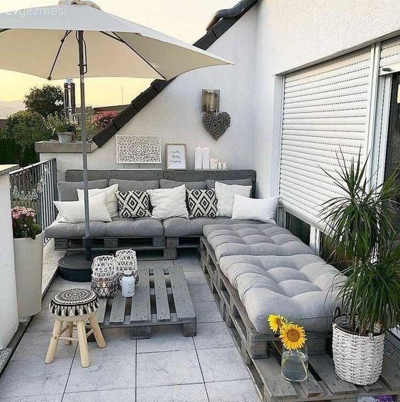 Sofá de palete na varanda
