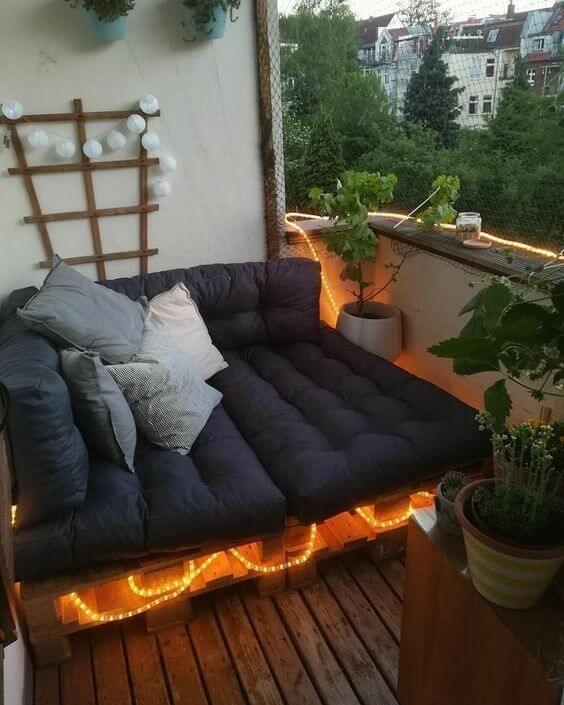 Sofá de palete para varanda com luz de led
