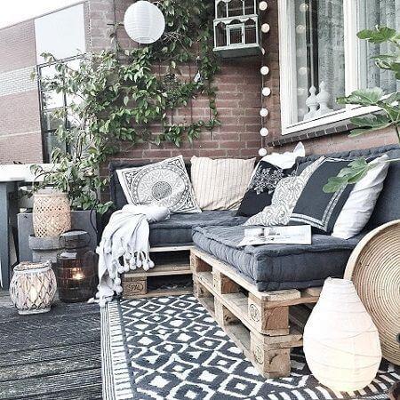 Sofá de palete cinza com iluminação