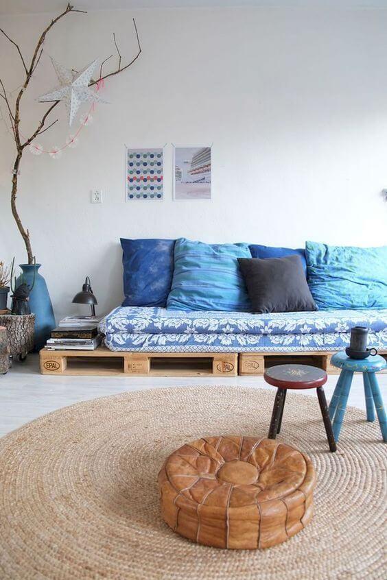 Sofá feito de palete azul