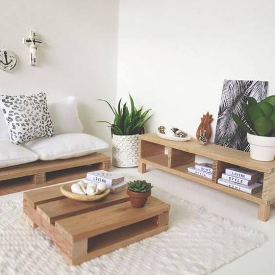 Sala com sofá de palete e centro de mesa combinando