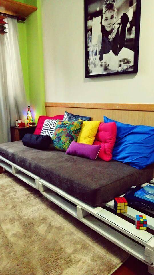 Sofá cama de palete com almofadas coloridas