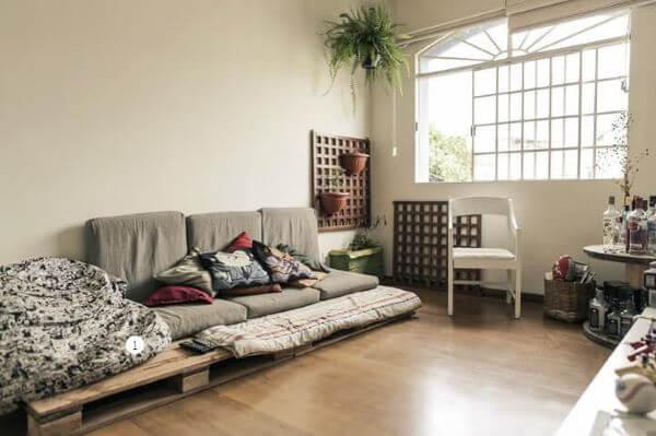 Sofá de palete baixo para sala aconchegante