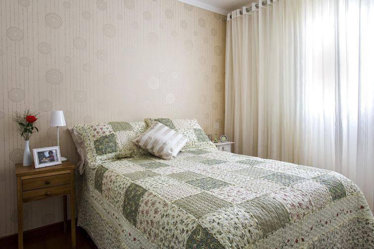 como colocar papel de parede no dormitório
