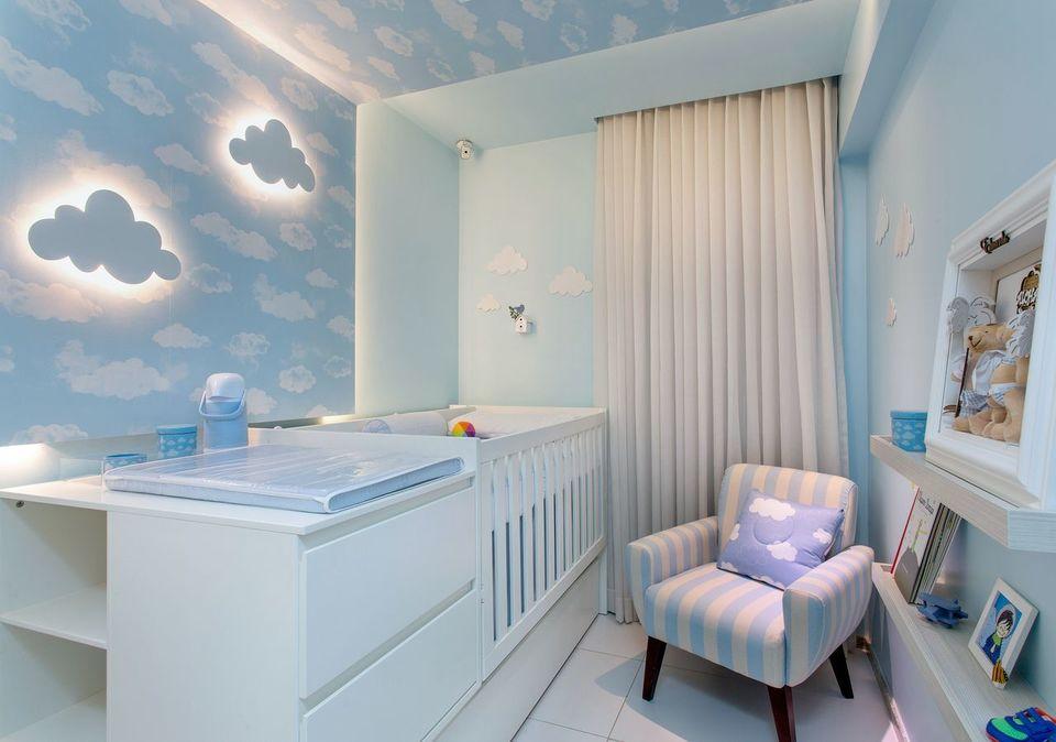 como colocar papel de parede - quarto de bebê azul com papel de parede de nuvens