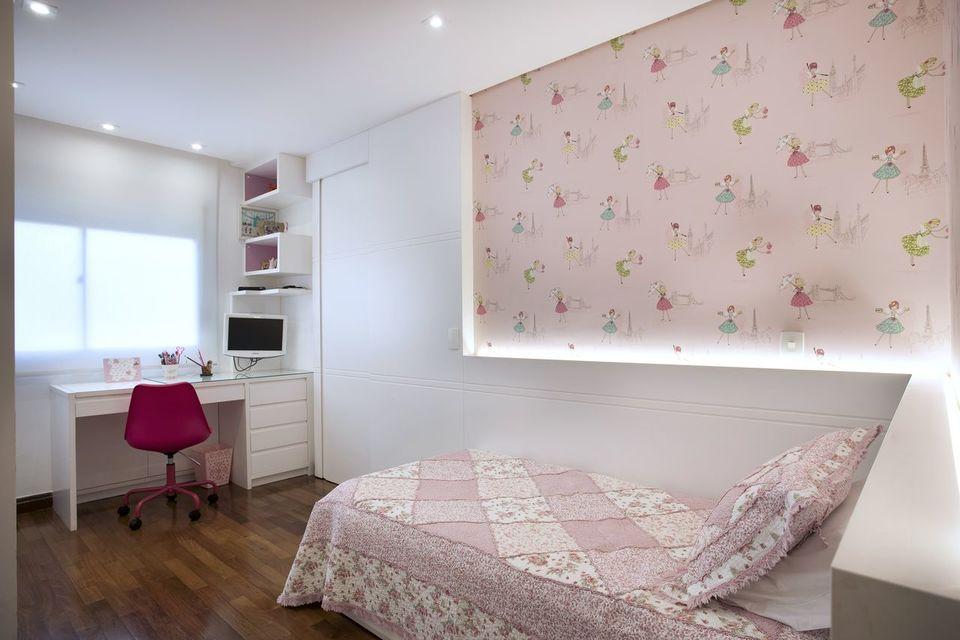 como colocar papel de parede - quarto infantil com papel de parede delicado e cheio de meninas