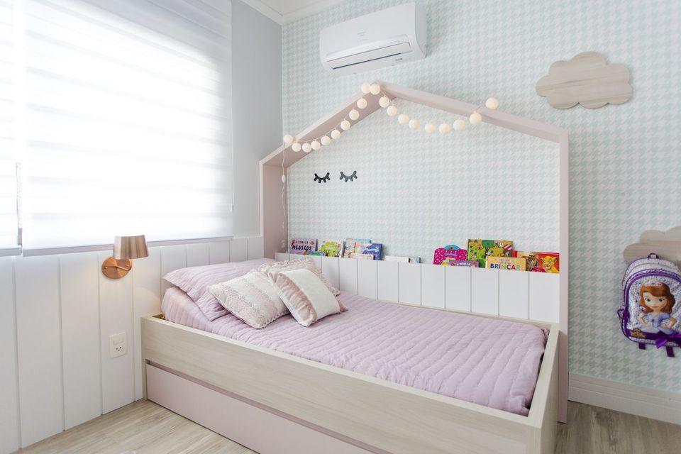 como colocar papel de parede - quarto infantil delicado com papel de parede geométrico simples