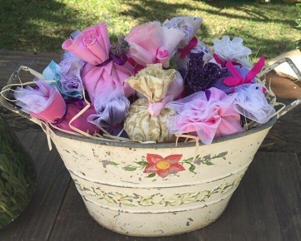 O sachê perfumado para lembrancinha pode ficar exposto dentro de um balde decorativo