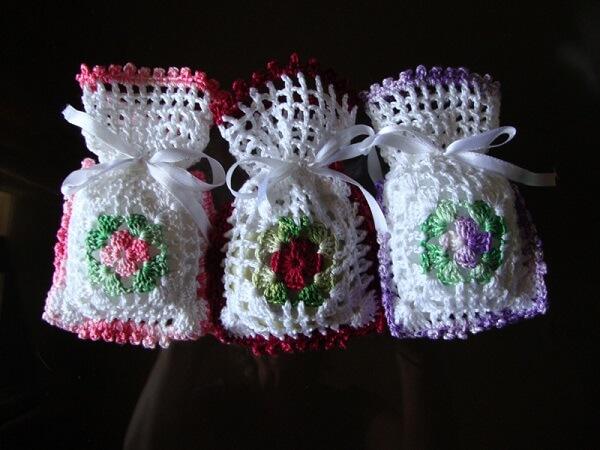 Que tal um sachê perfumado com acabamento de crochê?