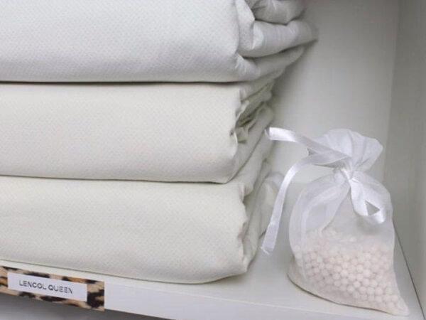 O sachê perfumado para guarda roupa deixa as roupas de cama, mesa e banho perfumadas