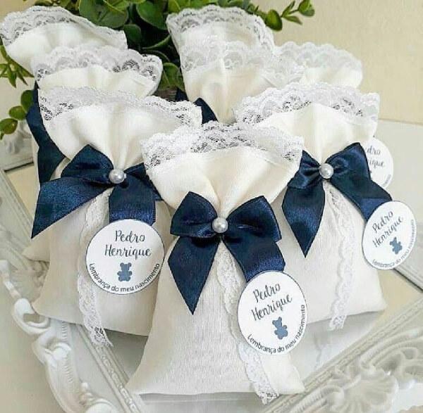 Sachê perfumado para lembrancinha com tecido branco e laço azul