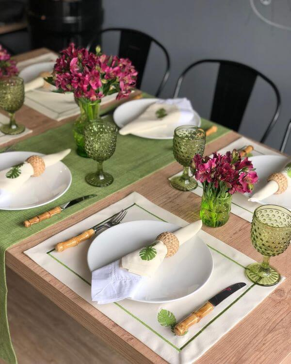 Jogo americano de tecido branco com decoração de jantar verde e branco