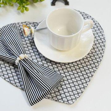 Jogo americano de tecido em formato de coração para jantar romântico