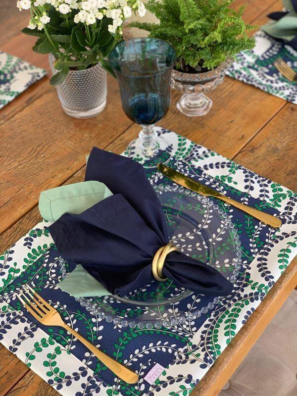 Jogo americano de tecido estampado com taça azul