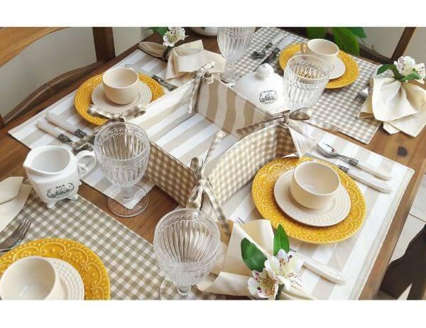 Jogo americano de tecido com prato moderno