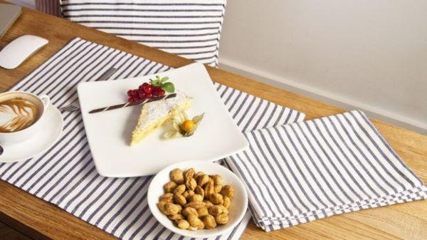 Jogo americano de tecido listrado e prato quadrado