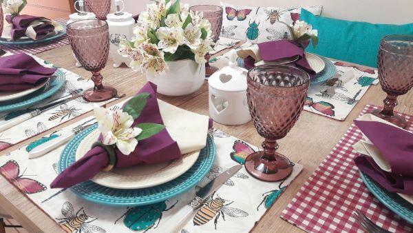Jogo americano de tecido na mesa azul e violeta