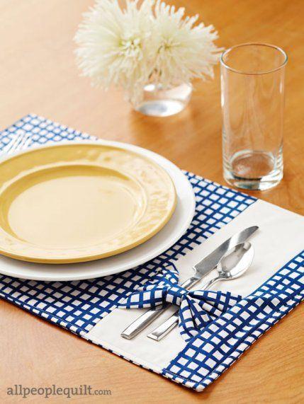 Jogo americano de tecido com porta talheres azul e prato amarelo
