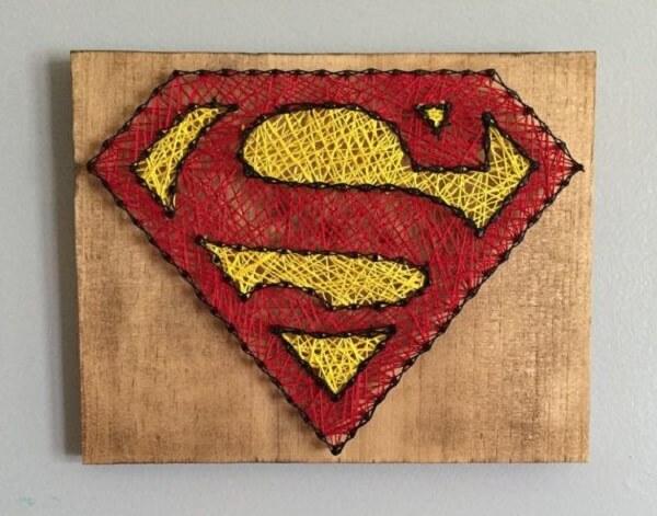 Modelo de quadro do super homem feito com a técnica de string art