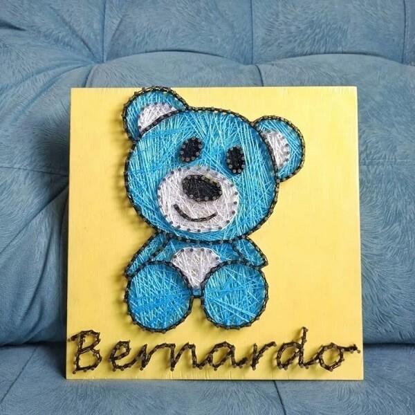 Decore a porta de maternidade com um lindo quadro string art com o nome do bebê