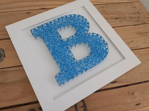 Molde string art com a inicial do nome em tom azul