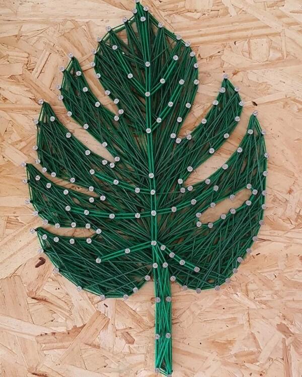 O verde vibrante da folha de costela de adão chama a atenção na decoração