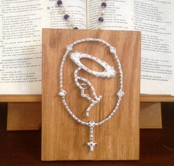 Molde de string art simboliza fé e devoção