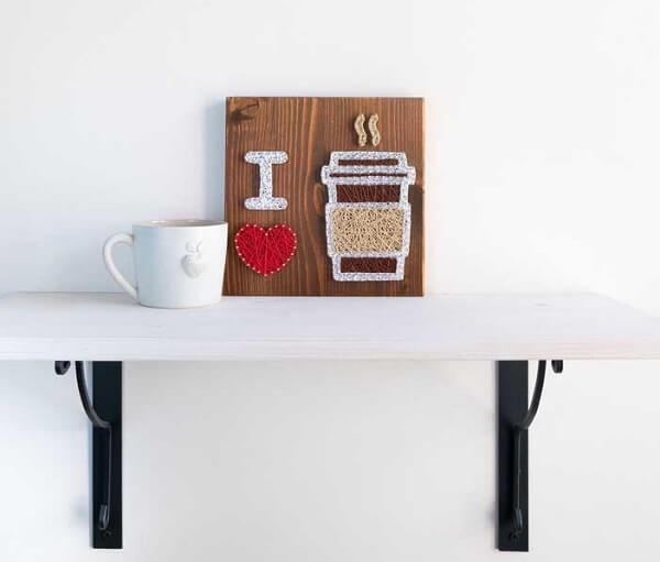 A área do café fica ainda mais especial com uma decoração feita de arte com corda, pregos, e linhas coloridas