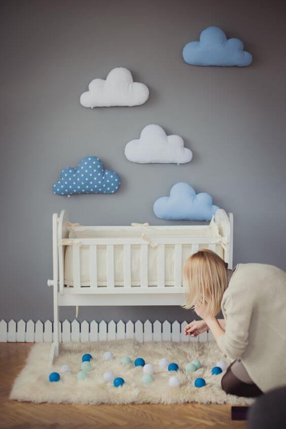 Decore o quarto de bebê com a nuvem de feltro