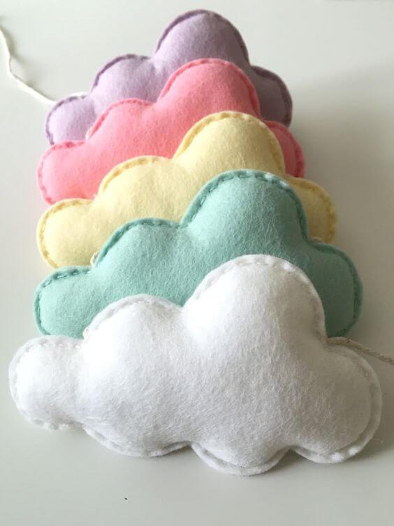 Siga o passo a passo de como fazer nuvem de feltro colorida