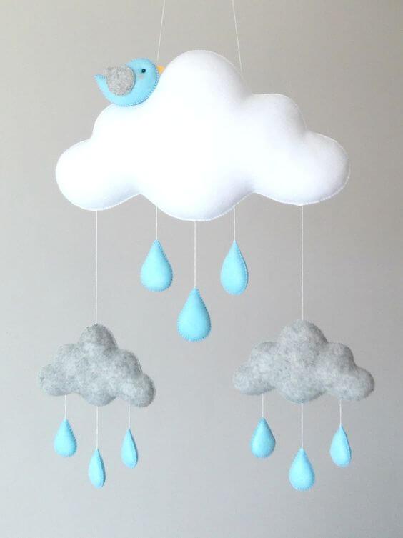 Enfeite para quarto de bebê com nuvem de feltro