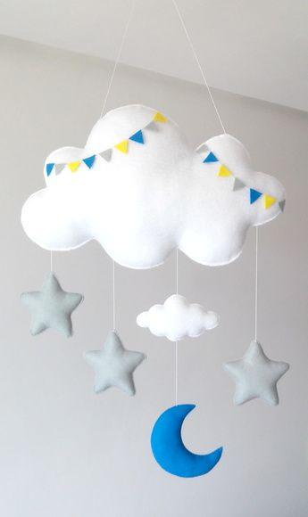 Decoração de quarto de bebê com nuvens e estrelas