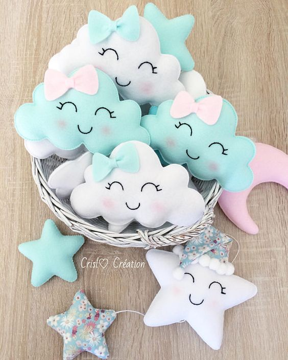 Nuvens, estrelas e lua na decoração de quarto de bebê