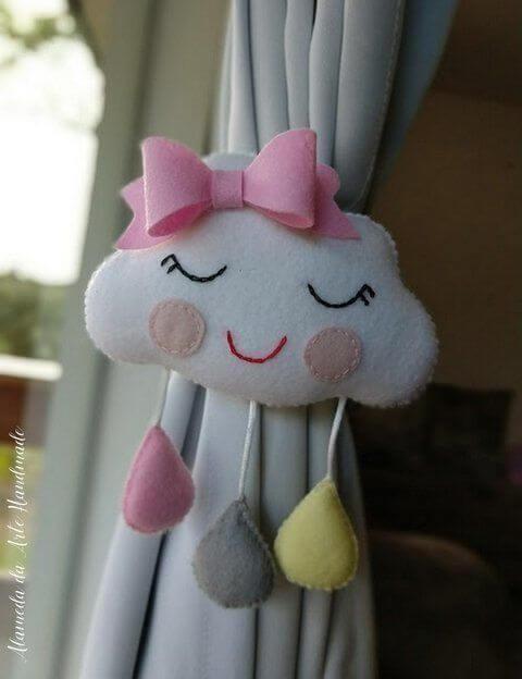 Almofada de nuvem de feltro para usar como prendedor de cortina
