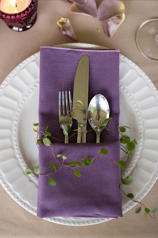 Veja como dobrar guardanapo de tecido com porta talheres