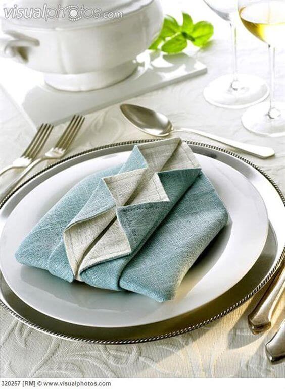 Decoração de mesa de jantar com guardanapo de papel