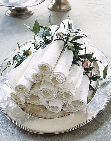 Veja como dobrar guardanapo de papel com porta guardanapo de folhas