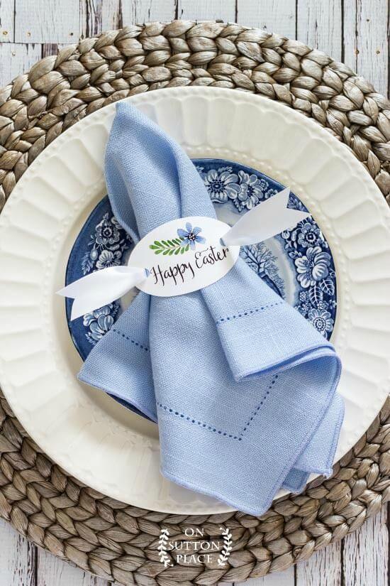 Decoração de mesa de jantar com guardanapo de tecido azul