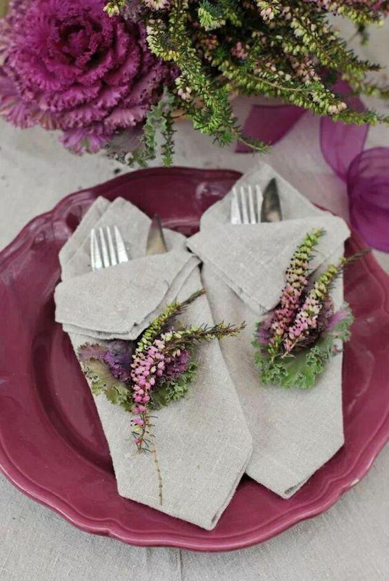 Como dobrar guardanapo de tecido com prato roxo